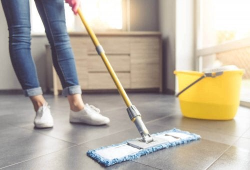 타일 바닥을 청소하는 비결 7가지