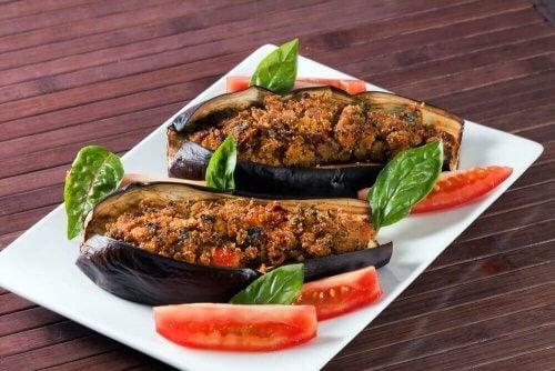 채소로 속을 채운 가지 요리와 비네그레트소스