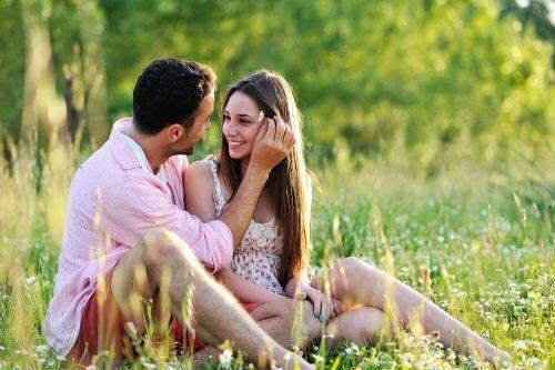 풀밭에 앉아있는 커플