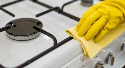 스토브와 전자레인지를 청소하는 자연적인 방법