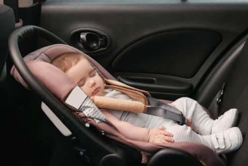 아기가 카시트에서 자면 안 되는 이유