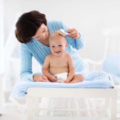 아기의 모발을 관리하는 5가지 팁