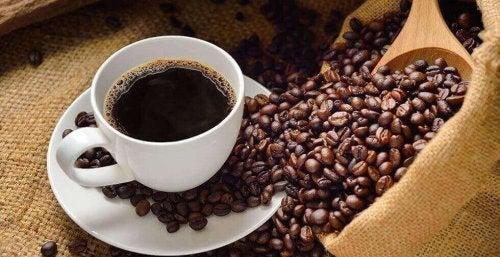 커피를 지나치게 많이 마시는 것이 해로운 이유를 설명한다.