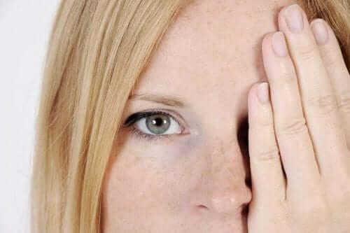 얼굴에 어두운 반점이 생기는 이유 5가지