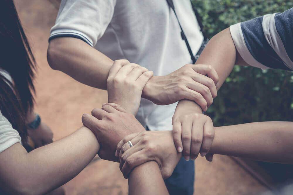 자녀에게 다른 사람들을 돕는 방법을 가르치자