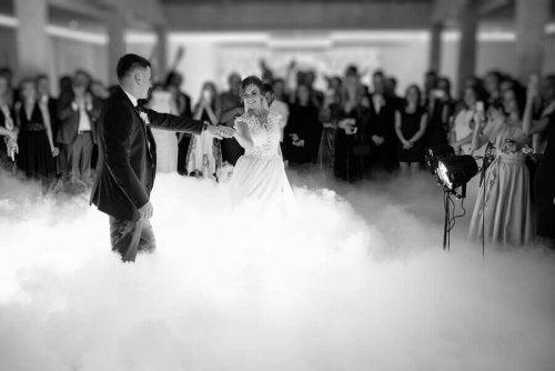 신랑과 신부를 위한 최고의 첫 댄스곡을 선정하는 것은 대단히 중요하다!