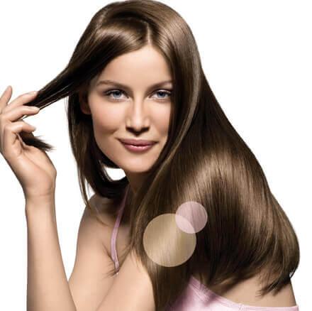 부드럽고 빛나는 머릿결을 위해서는 머리를 말릴 때 수건으로 비비지 않는다.
