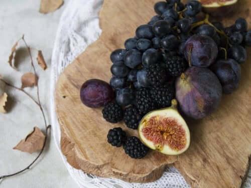과일 고명을 올린 맛있는 홈메이드 초콜릿 트러플