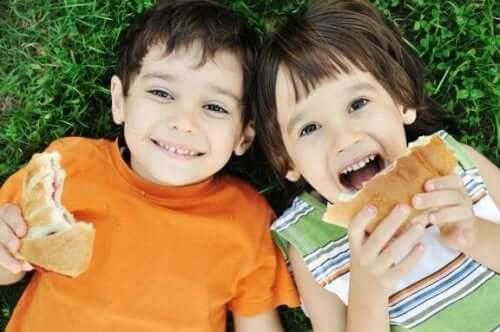 자녀에게 밥을 먹일 때 부모가 저지르는 실수 7가지