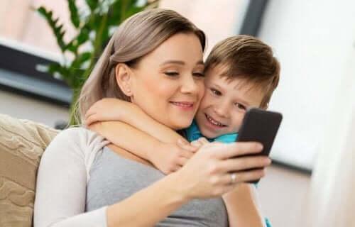 아이가 스마트폰을 사용하면 생기는 장점과 단점