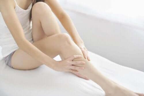 부은 다리를 보다 빠르게 회복시키는 팁 8가지