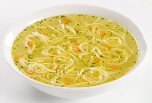 누들 수프를 만드는 쉬운 방법