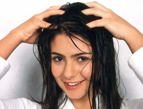 머리카락이 덜 빠지게 하는 데 도움이 되는 7가지 팁