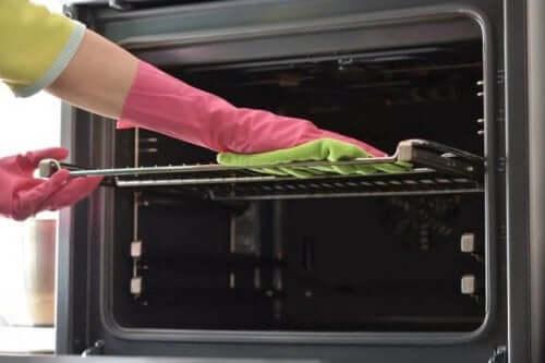 오븐 트레이를 청소하는 7가지 방법