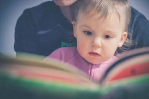 어린 아기에게 책 읽기를 가르치는 도만 박사의 방법