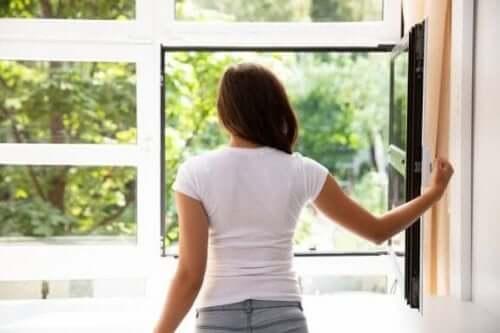 집 안 공기를 제대로 환기시키는 7가지 방법