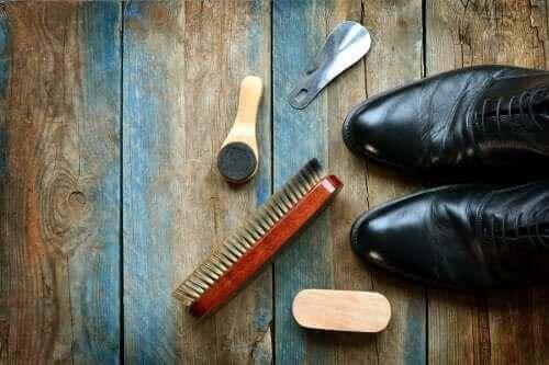 가죽 신발을 닦는 5가지 유용한 팁