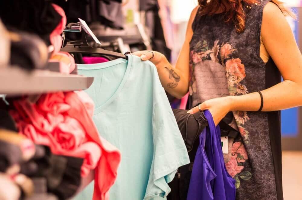 옷의 질을 확인하는데 도움 되는 9가지 팁