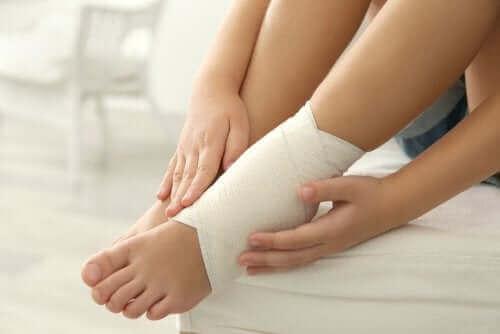 5. 다친 발목에 붕대 사용하기