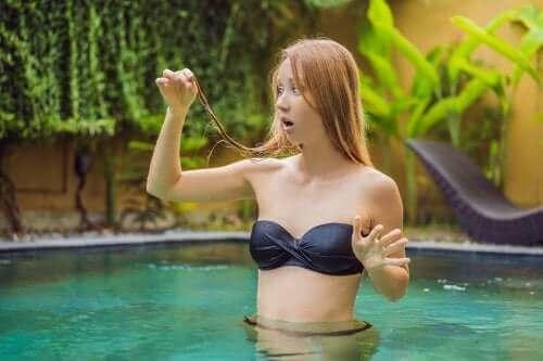 수영장의 염소로 인한 모발 손상을 막는 방법
