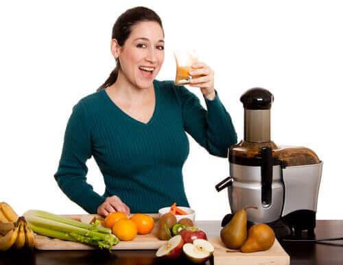 과식을 하고 나서 회복에 도움이 되는 채소 주스