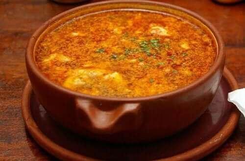 초리소를 곁들인 마늘 수프