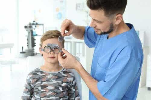 어린이의 시력 문제를 나타내는 징후 및 유형