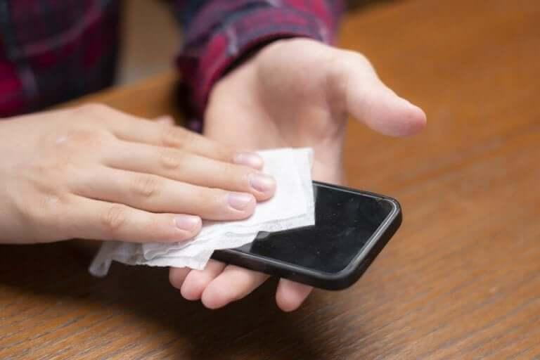 코로나바이러스: 핸드폰을 깨끗하게 유지하는 방법