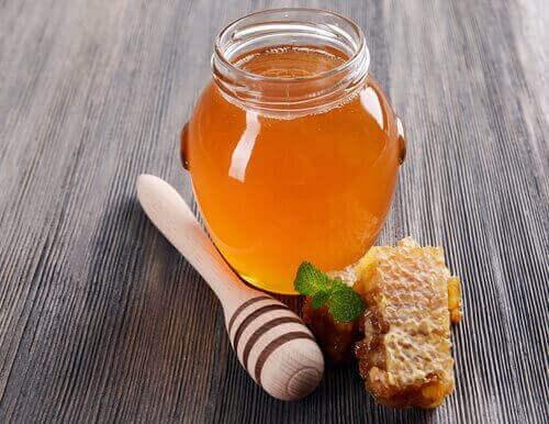 2. 인후통을 완화하는 최고의 방법 중 하나인 꿀