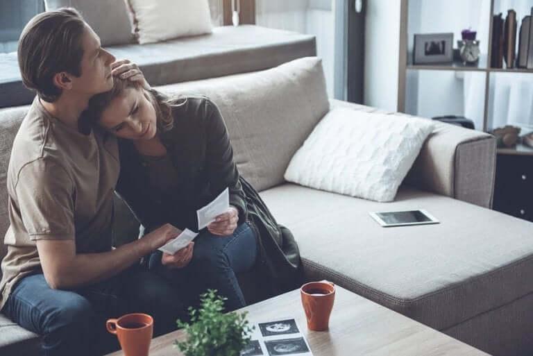 집에서 격리하는 동안 슬픔을 다루는 방법