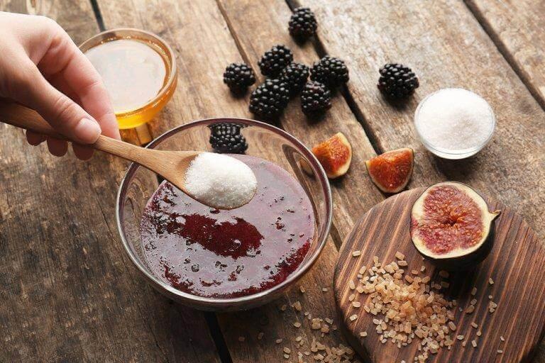 3. 블랙베리, 코코넛, 흑설탕 각질 제거제