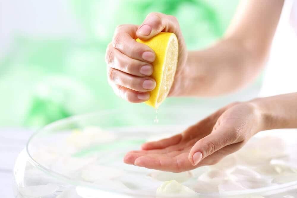 매끈한 손을 유지하기 위한 자연 요법 6가지