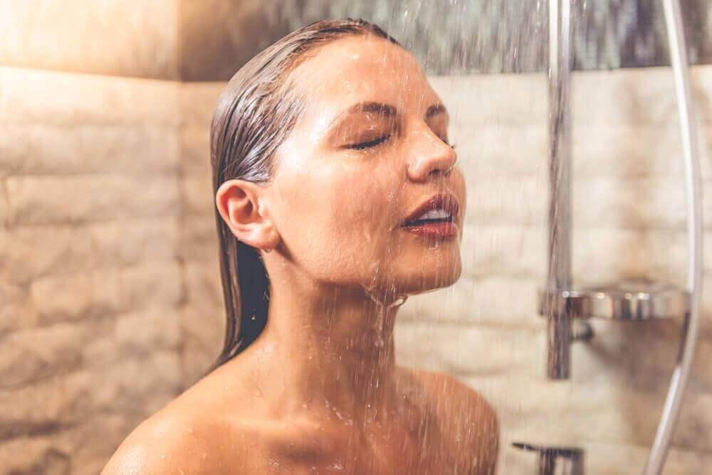4. 뜨거운 물로 머리 감기