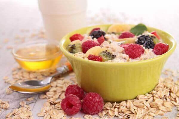 영양가 높은 과일을 곁들인 아침 식사 4가지