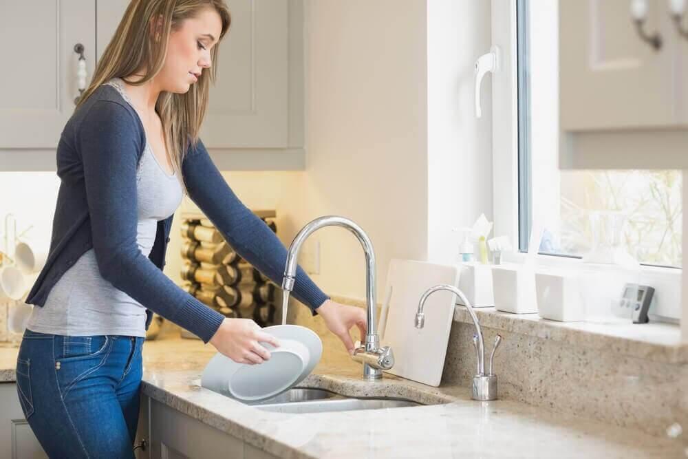 설거지를 할 때 가장 흔히 저지르는 실수 8가지