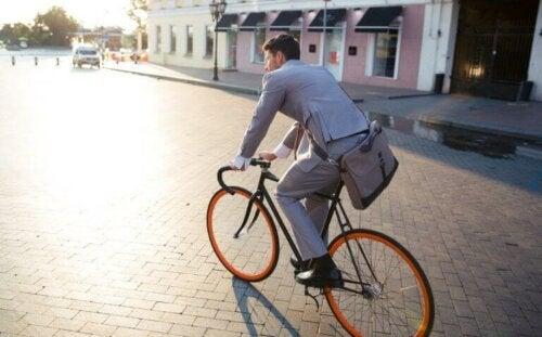 자전거를 타고 출근하면 업무 스트레스가 줄어든다