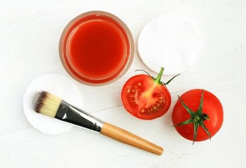 6. 굵은 소금과 토마토 얼굴 마스크