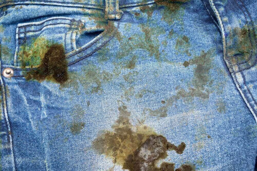 옷에서 기름 얼룩을 제거하는 방법
