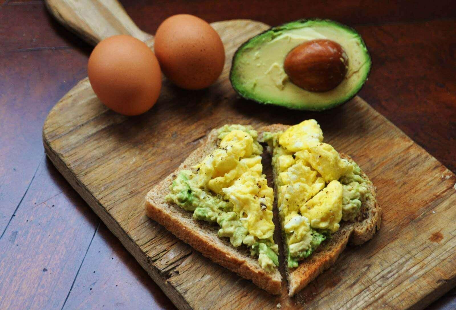 아침 식사 아보카도