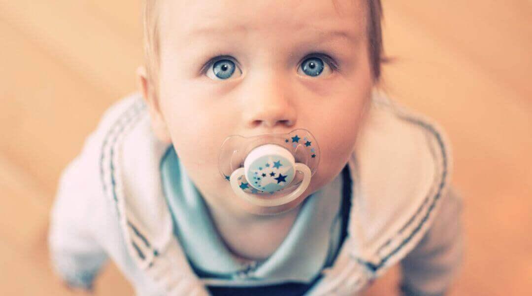 아기에게 고무젖꼭지를 주는 것의 단점
