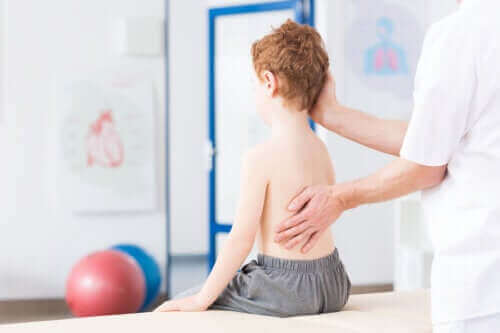 어린이 척추측만증의 원인 및 진단