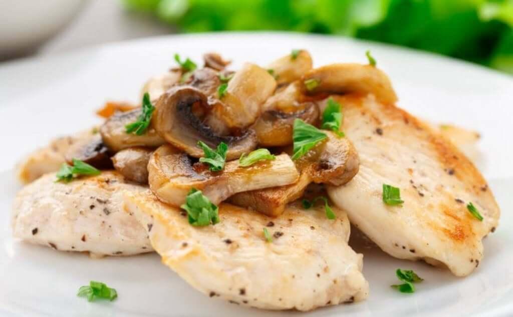 버섯을 곁들인 치킨 그라탱 레시피