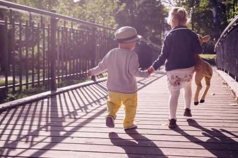 아이가 걸음마를 떼는 데 도움이 되는 10가지 훈련