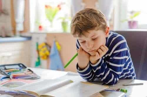어린이의 학습 공간을 정리정돈하는 수공예품