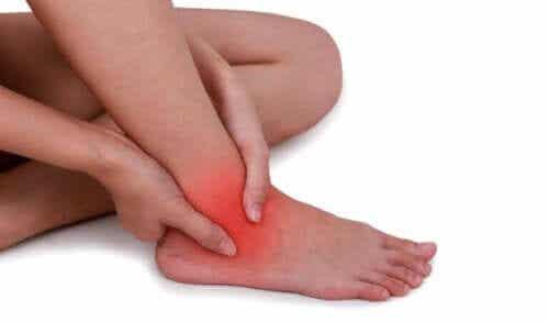 발목 염좌를 완화하는 자연 요법