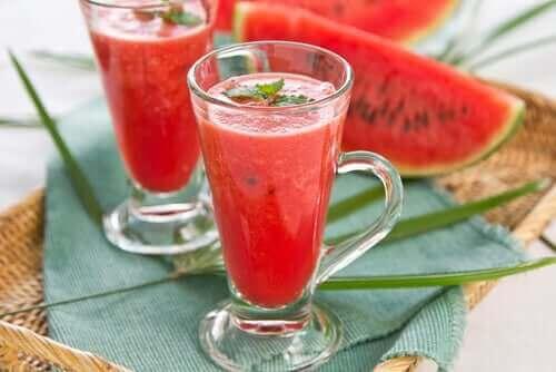 여름에 즐길 수 있는 시원한 과일 차 레시피