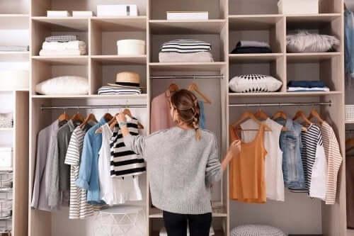 옷장에 옷이 쌓이지 않도록 하는 방법