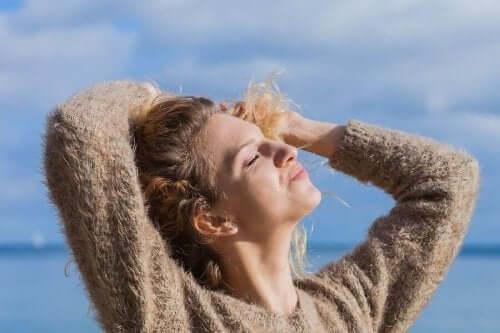 태양으로부터 머리카락을 보호하는 천연 요법 5가지