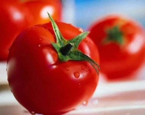5. 어두운 반점을 밝게 하는 토마토