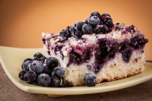 요거트를 곁들인 블루베리 커피 케이크